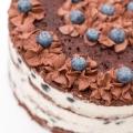 Prosty torcik czekoladowo-śmietankowy z borówkami