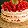 Najprostszy tort śmietankowy z truskawkami